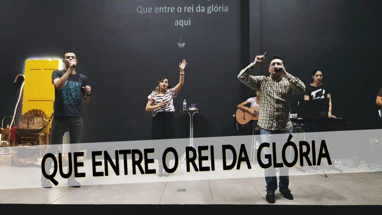 QUE ENTRE O REI DA GLÓRIA - ESTÁ RUGINDO O LEÃO